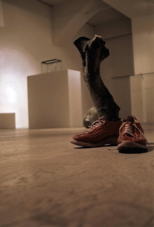 "US0804 2008. Shoes, olive tree wood, 36x32x47 cm. ""n. 23 La Veneratio nella Luna Ariostea"" a cura di Patrizia Silingardi e Francesca Pincelli, Studio Vetusta, Modena, 2009."