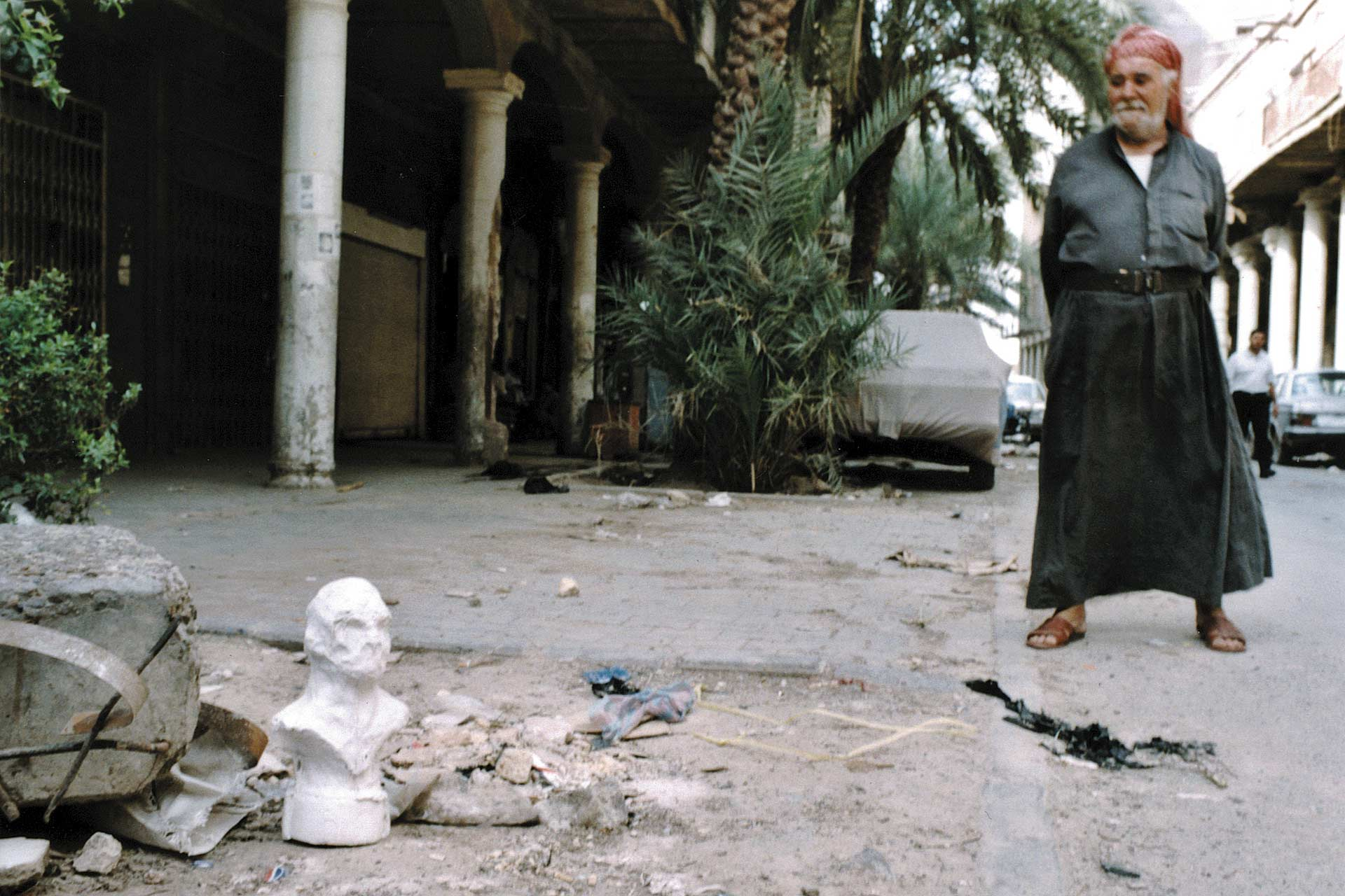 Envinronmental Wanderer (Baghdad, Iraq) 2002, ongoing Project involving 5 plaster casts left in different locations around the world. C-type Print on aluminium, 100x70 cm.